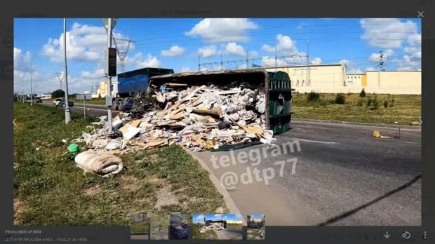 Мусоровоз опрокинулся на улице Недорубова