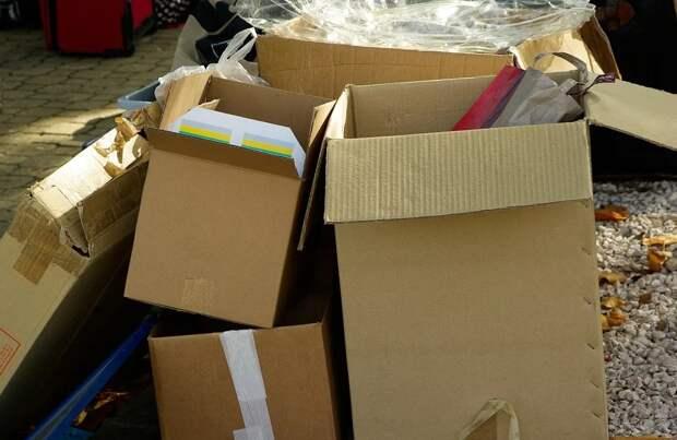 Коммунальщики вынесли картон из подъезда дома на Академика Комарова