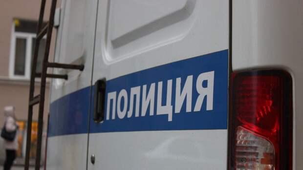 Мертвого мужчину с пробитой головой нашли на лестничной площадке в Петербурге