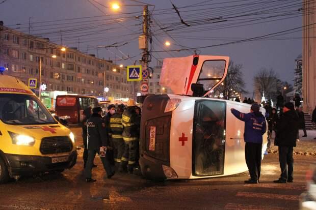 """В центре Калуги """"Скорая"""" столкнулась с такси и перевернулась"""
