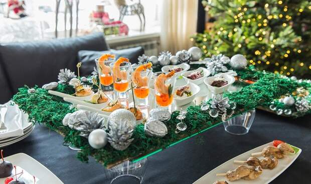 На фуршете будут уместны салаты-коктейли. / Фото: happybones.ru