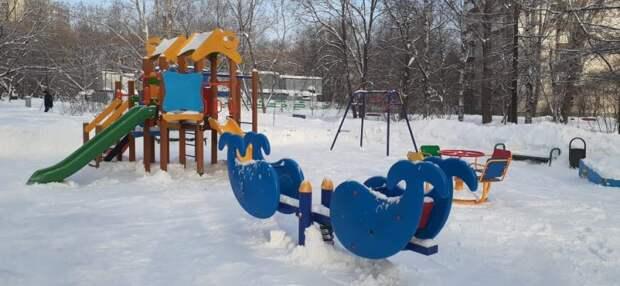 Детскую площадку на Авангардной освободили от снега