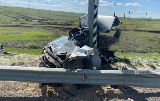 Автомобиль разорвало на две части на трассе под Волгоградом
