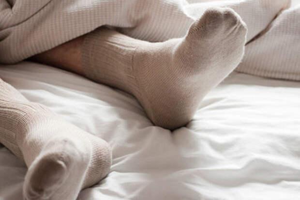 Почему привычка спать в носках может повредить вашему здоровью