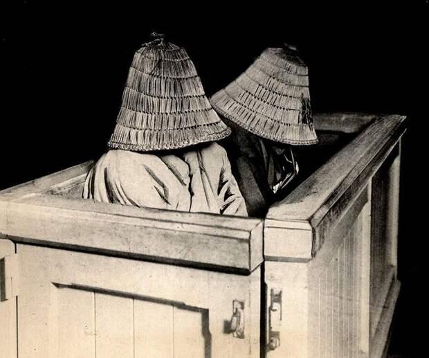 Японки закрыли лица от стыда в зале суда в Токио.