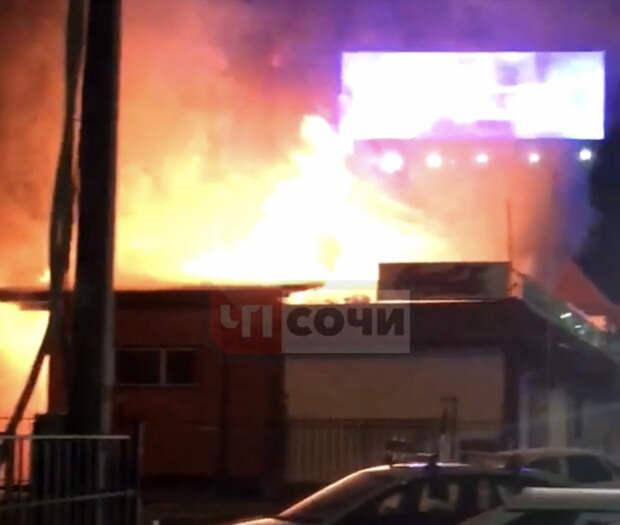 В Сочи сгорел торговый павильон