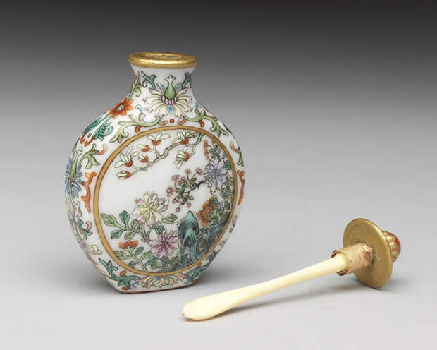 Фарфоровый табачный пузырек из собрания Музея императорского дворца, Китай.