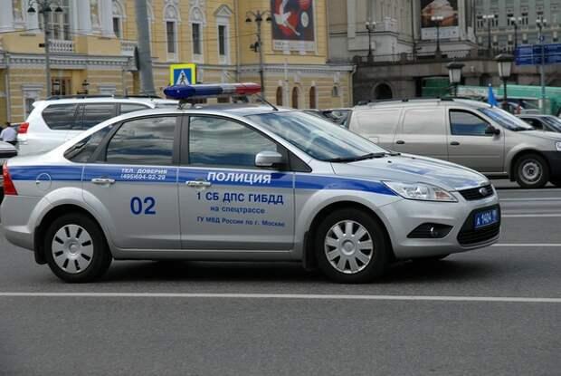 Два человека погибли при опрокидывании грузовика на такси в Москве