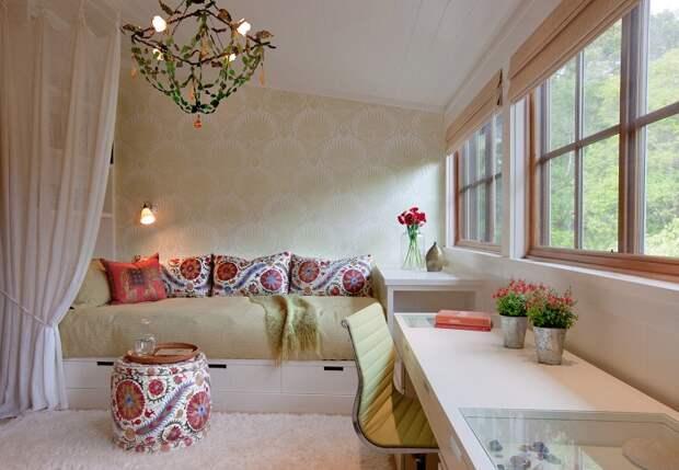Пример гармоничного сочетания стиля интерьера и выбранного текстиля. | Фото: stoneinteriors.net.