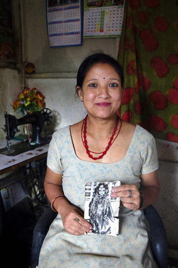 Санубаджико Шакья, 34 года. Женщина работает швеей на дому, у нее есть муж и две дочери, предпочитает не рассказывать о божественном прошлом богини, девушки, непал