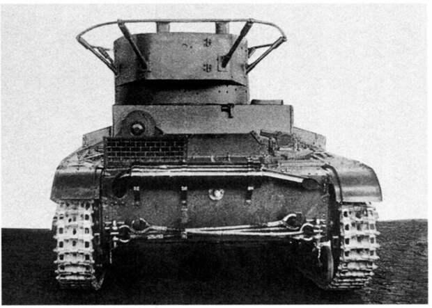 На фото –более поздний танк управления, вид сзади. На башне два антенных ввода – единственное, что внешне отличает танк управления от обычного радийного Т-26. 1935 год военная техника, военное, история, много букв, танки, танки СССР, техника, факты