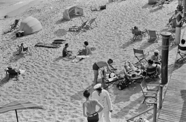 Отдыхающие на пляже в Майами-Бич, Флорида, 1939 год
