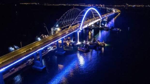 Подсветка в цвета российского флага появилась на Крымском мосту