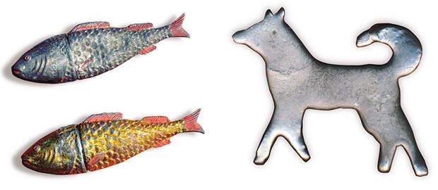 Металлические фигурки рыб (слева) – подношение божеству с просьбой богатого рыбного лова. Свинцовая фигурка собаки (справа) – «профильное» подношение Собачьему Богу. Собаку нельзя было убивать, но иногда она погибала случайно от пули охотника или же человек умерщвлял старое немощное животное, чтобы оно не мучилось. Искупить подобный грех была призвана свинцовая отливка в виде собачьей фигурки