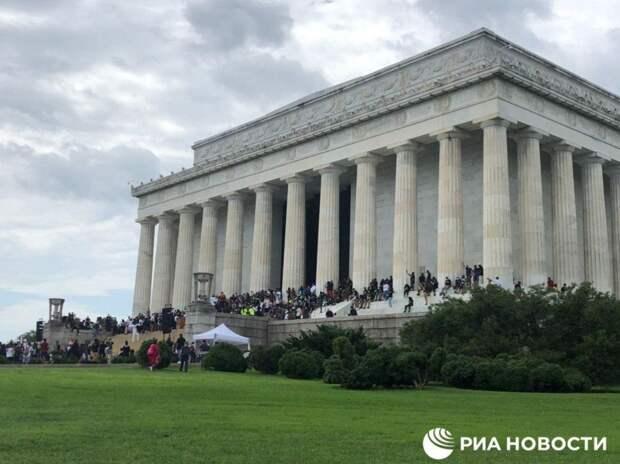 В США у мемориала Линкольну собрались десятки тысяч людей. Фото и видео