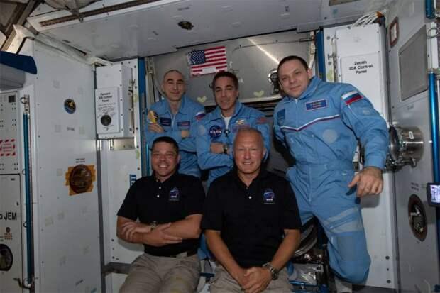 «А вас, Crew Dragon, я попрошу остаться»: космический корабль от SpaceX задерживается на орбите