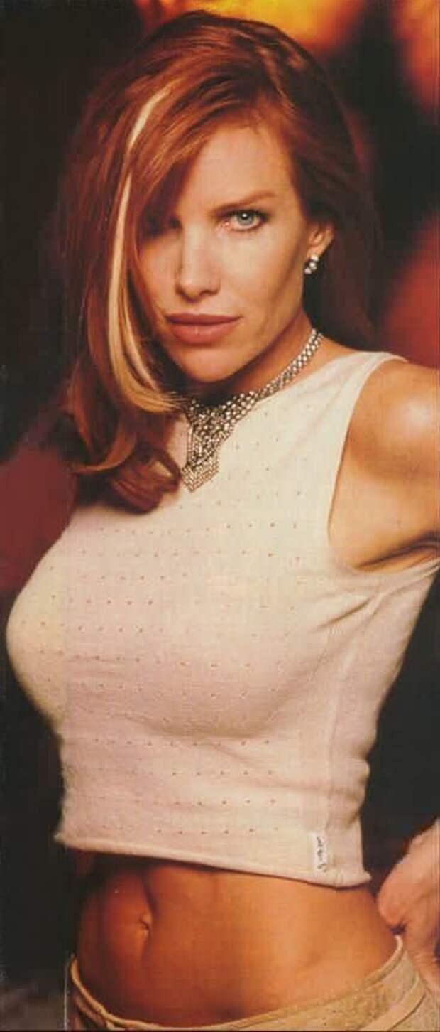 Сексапильная злодейка из 90-ых Сара Бакстон.