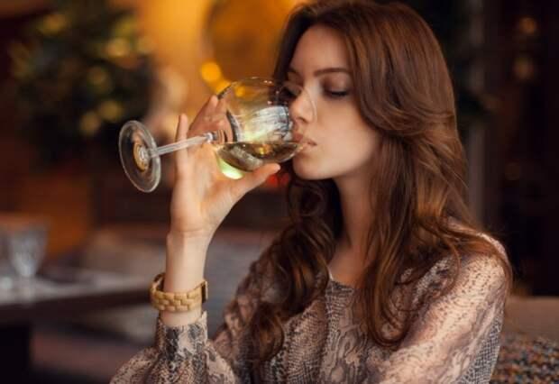 Из-за того, что в женских тканях содержится меньше воды, они быстрее пьянеют / Фото: blackpantera.ru