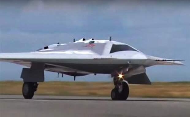 На фото: тяжелый ударный беспилотный летательный аппарат С-70 «Охотник» во время первого испытательного полета