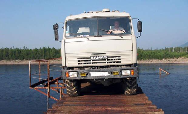 Водитель фуры из Сибири показал самый опасный мост России: его ширина 1,5 метра при длине километр