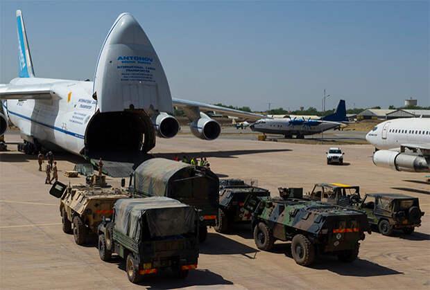 Разгрузка Ан-124 АК «Антонов» в аэропорту Нджамена, Чад