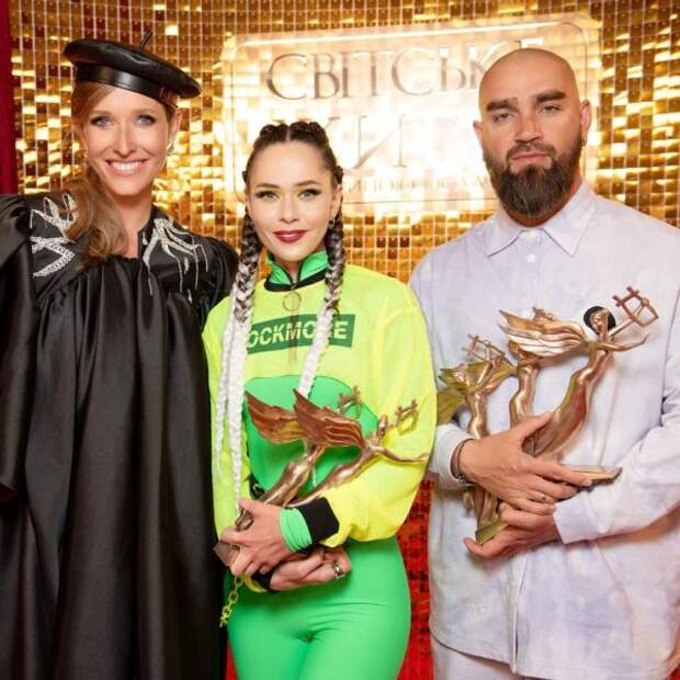 Катя Осадчая на премии YUNA-2021 с победителями в номинации лучшая рок-группа года