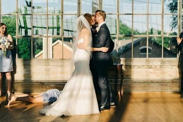 Свадьба – это слишком волнующее мероприятие друзья, прикол, случайность, смех да и только, фото, фотобомба, юмор