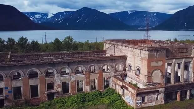Небоскреб-полумесяц и дома из денег: самые необычные здания в мире