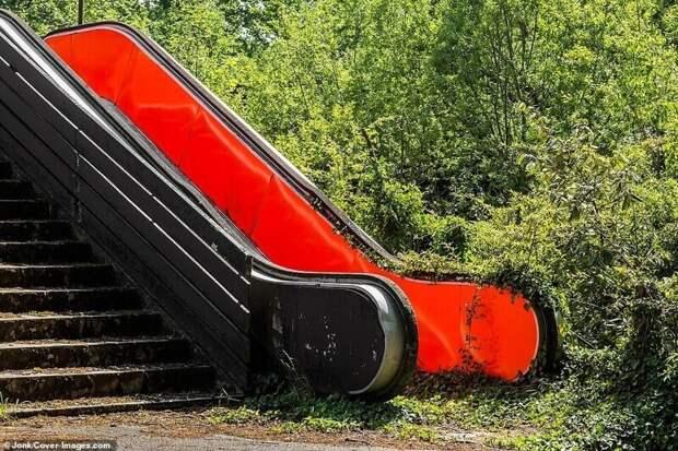 Эскалатор на покинутом французском ипподроме
