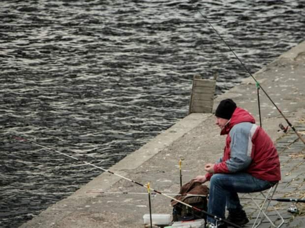 В Екатеринбурге дорожники, уже 4 года ремонтирующие мост, вместо работы решили порыбачить