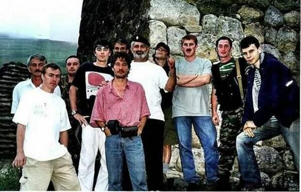 Сергей Бодров (третий в верхнем ряду) и съемочная группа фильма «Связной» (https://s00.yaplakal.com)