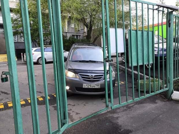 Горе-водитель неудачно припарковался возле школы на Берзарина