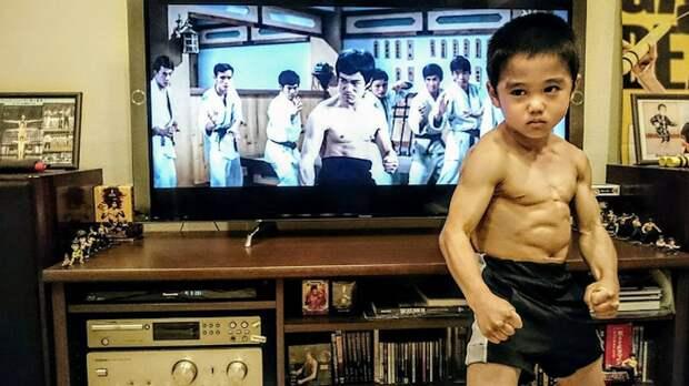 Малыш подражал БрюсуЛи исам стал легендой кунг-фу