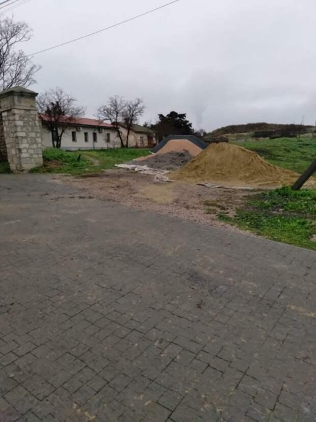 Античную кладку в Херсонесе укрепили крашеной арматурой