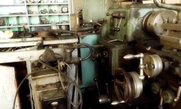 Нетронутый завод СССР: черный копатель открыл скрипящую дверь и вошел внутрь с камерой