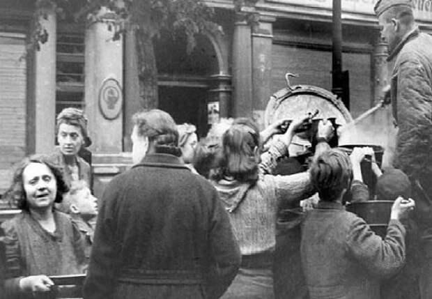 Чем красноармейцы так удивили жительниц Берлина в 1945 году