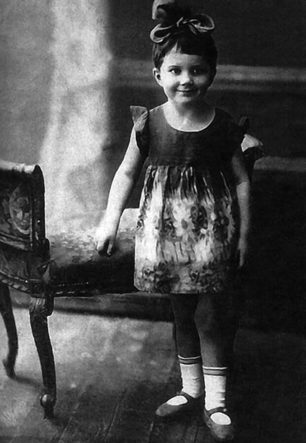 Как выглядела в детстве незабвенная Элина Быстрицкая и как преображалась ее красота на протяжении жизни, изображение №3