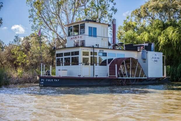 Пара превратила старинную лодку в роскошный плавучий дом