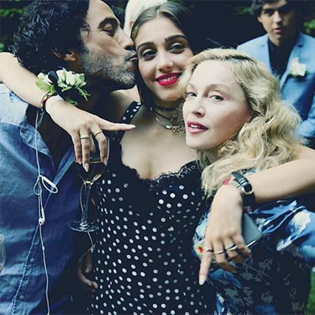 Лурдес Леон с отцом Карлосом Леоном и матерью Мадонной