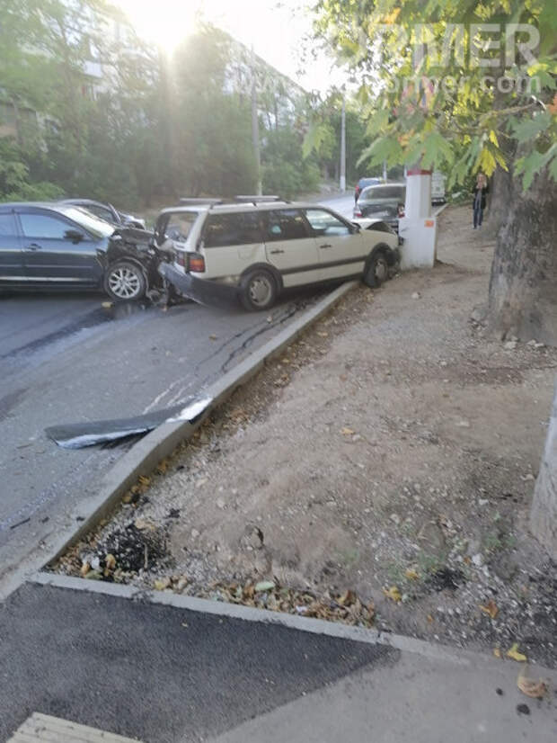 На проспекте Гагарина в Севастополе водитель не вписался в поворот