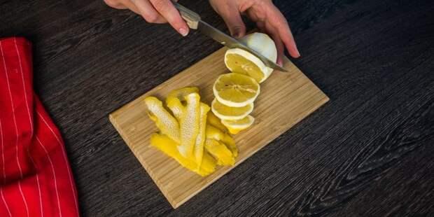 Простой рецепт глинтвейна: Почистите и нарежьте лимон