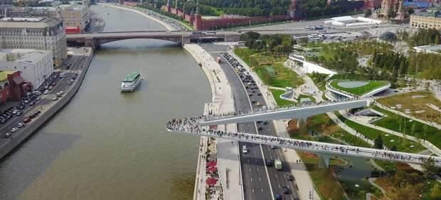На изображении может находиться: мост, на улице и вода