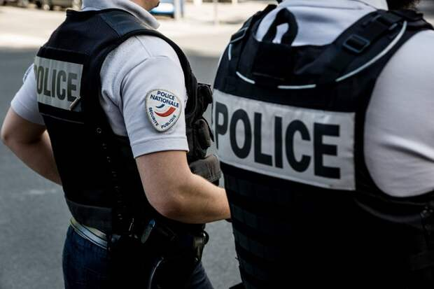 Мужчина напал с саблей на полицейских во Франции