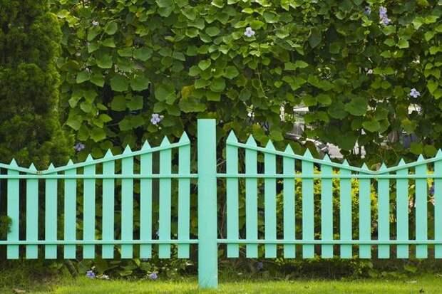 Забор с вертикальными элементами разной высоты