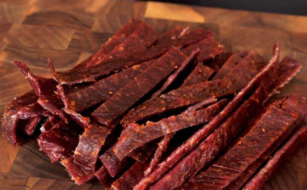 Продавливаем лист фарша решеткой и превращаем в хрустящую мясную закуску