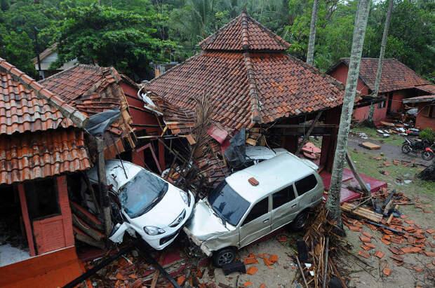 Последствия страшного цунами в Индонезии.