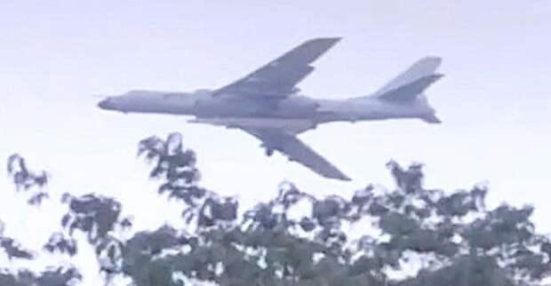 Китайский бомбардировщик с загадочной ракетой попал на видео