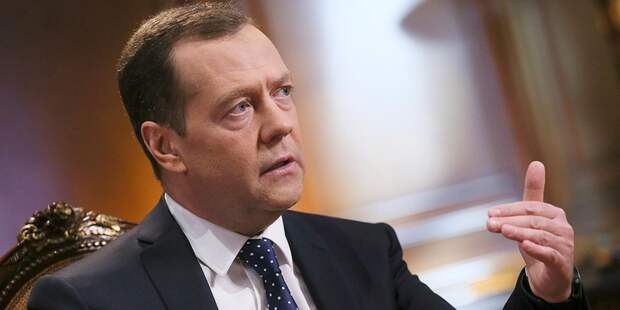 Медведев поручил подумать, чем ответить США на санкции