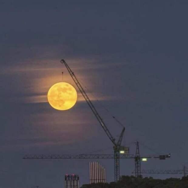 Луна на подъёмном кране