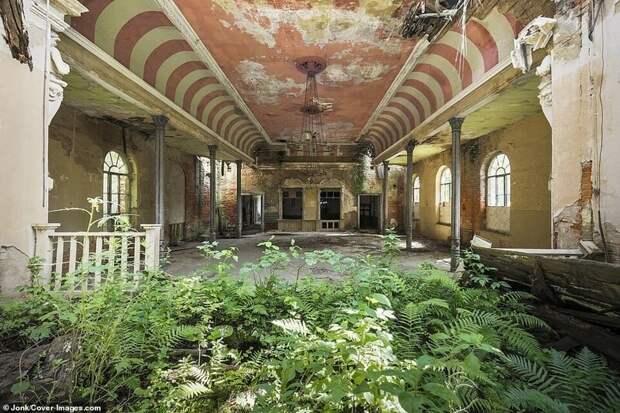 Заброшенная бальная зала в Германии